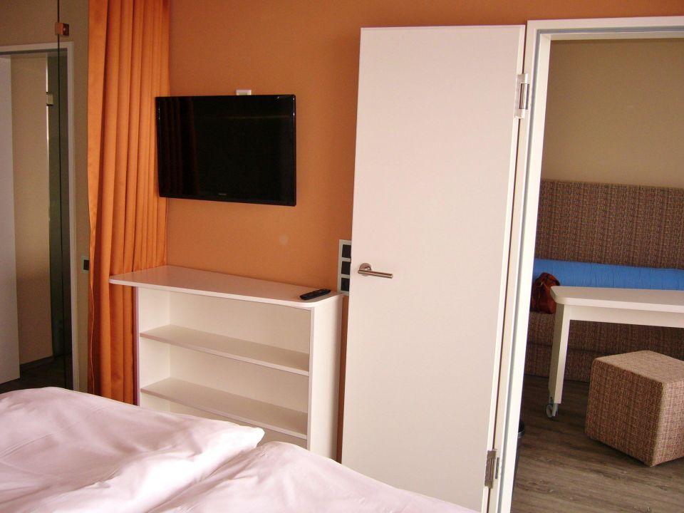 Blick vom bett in den 2 fernseher panorama suite a ja for Aja resort warnemunde suite