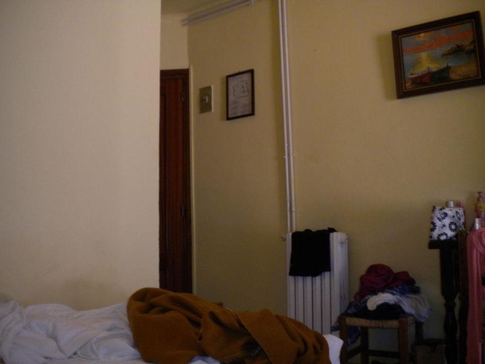 Zimmer zur Tür hin links ist die Tür Hotel Racon d'en Pepe