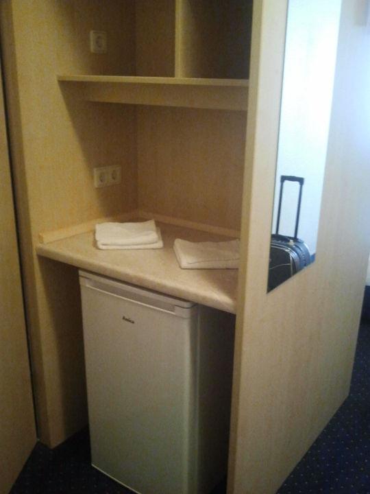 Kühlschrank gegenüber vom Waschbecken.\