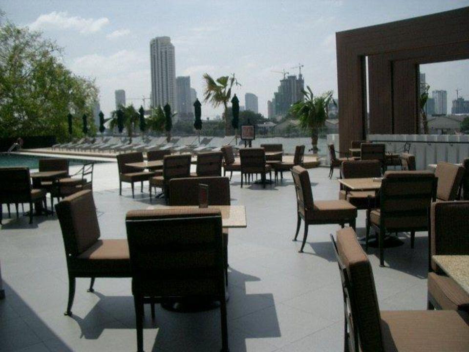 Neueingerichter Außenbereich des Restauants Royal Orchid Sheraton Hotel & Towers