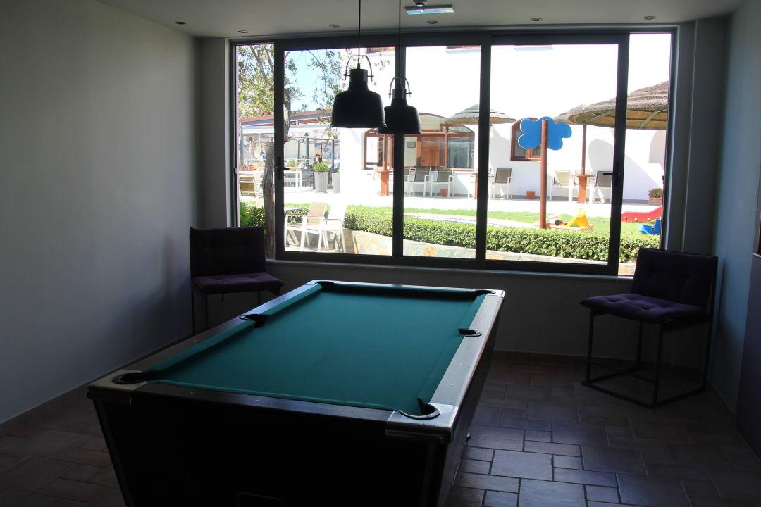 Foyer Im Hotel : Quot der billiardtisch im foyer hotel alianthos garden