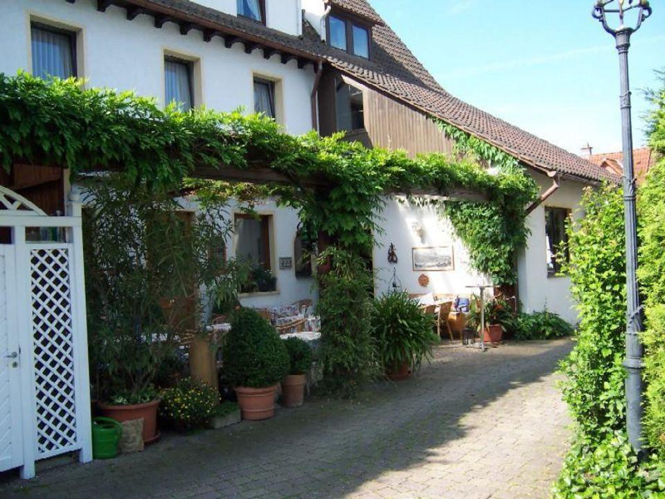 Terrasse vom Hotelparkplatz gesehen Hotel & Apartments Neu Heidelberg