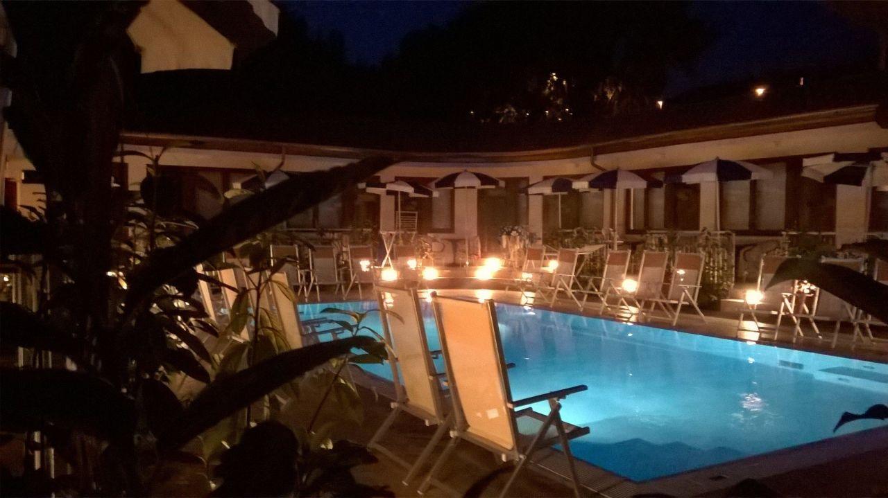 Piscina illuminata Hotel La Darsena