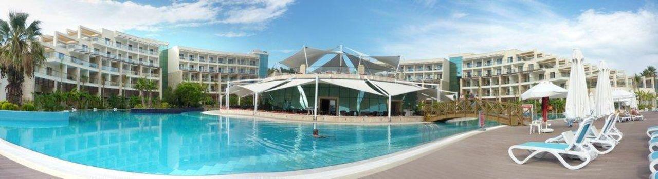 Pool, Hotel und Hauptrestaurant Paloma Pasha Resort