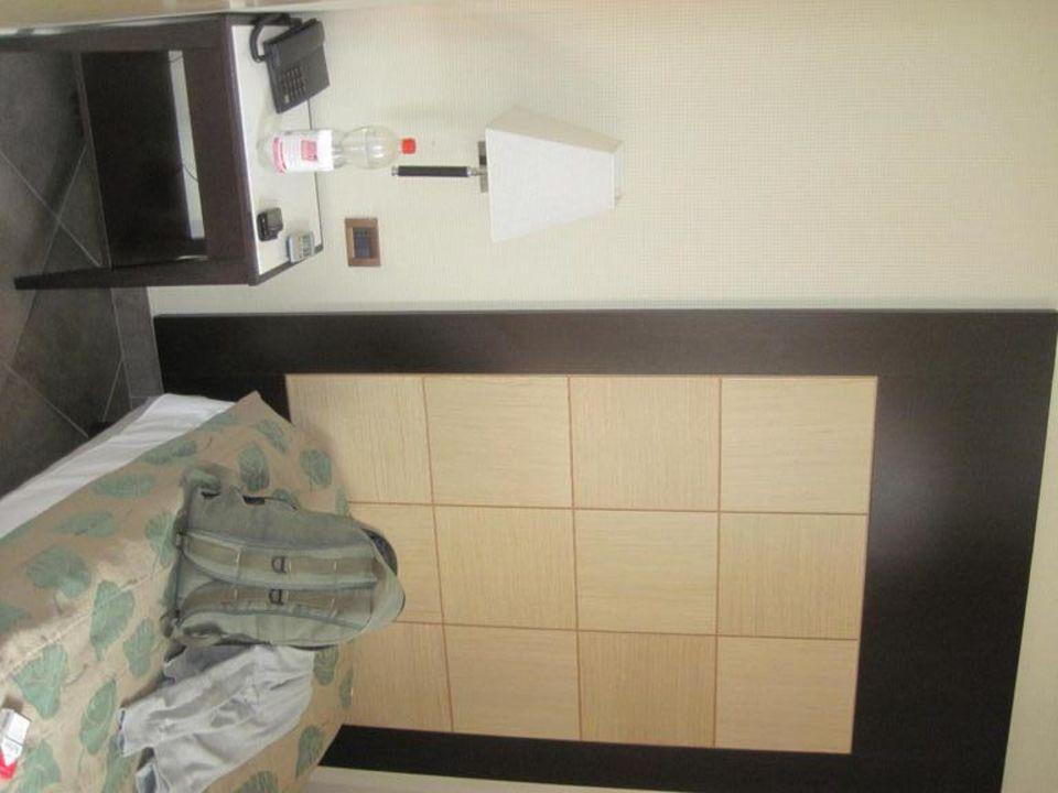 Bett und Nachttisch Hotel Nuovo Marghera