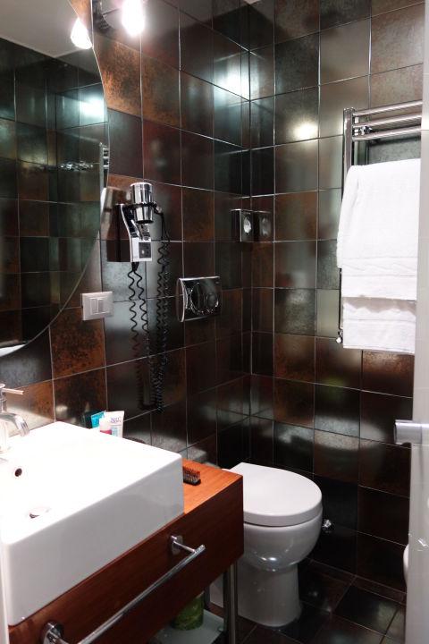 Das Bad (Dusche ist rechts hinter der Tür!) Hotel Metropolis