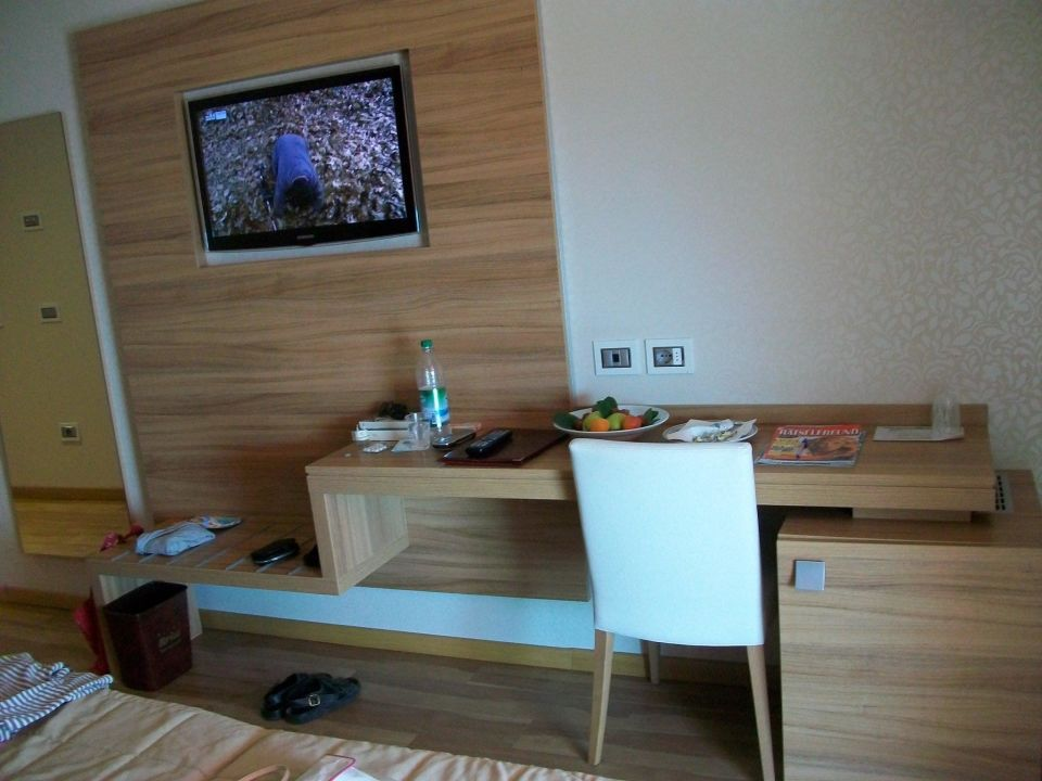 fernsehwand hotel kriss in bardolino holidaycheck. Black Bedroom Furniture Sets. Home Design Ideas