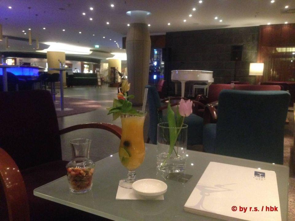 Ein lecker Cocktail neben der Lobbybar genießen Hotel Neptun