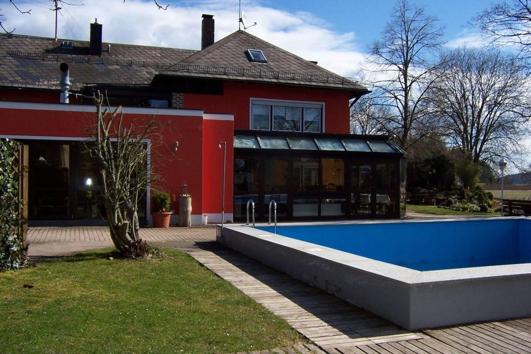 Pool mit restaurant wintergarten im hintergrund familienhotel friedrichshof obertrubach - Wintergarten mit pool ...