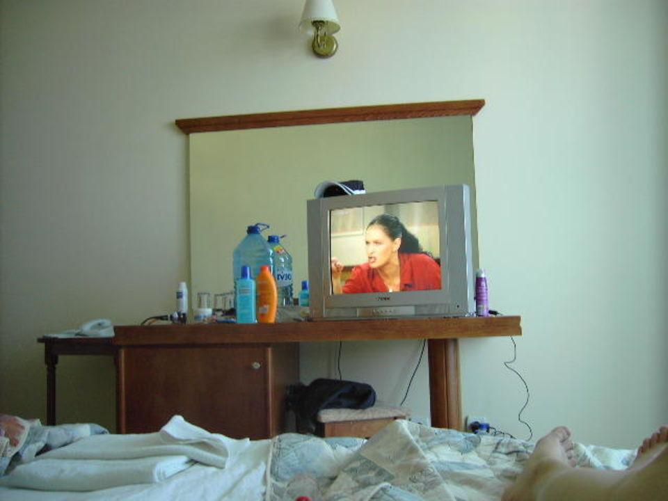 Blick vom Bett aus auf TV Hotel Colosseum