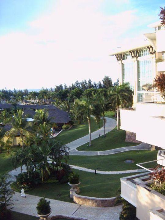 Blick auf die Außenanlage The Empire Hotel & Country Club
