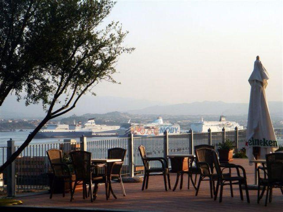Sitzgelegenheit mit Blick auf den Hafen von Olbia Alessandro Hotel