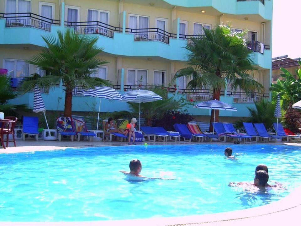Poolbereich - im Hintergrund das Hotel Semoris Hotel