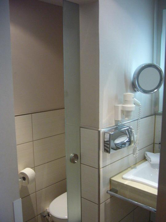 Toilette mit Glastür! Bad zum Zimmer hin offen.\