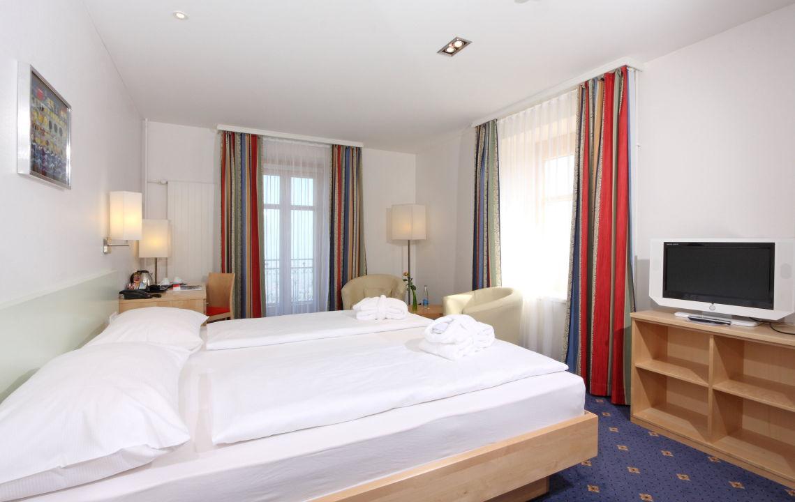 bild deluxe zimmer mit king size bett zu walzenhausen swiss quality hotel in walzenhausen. Black Bedroom Furniture Sets. Home Design Ideas
