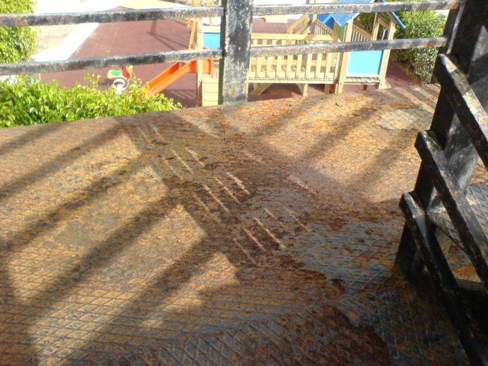 Treppe von den Zimmern zum Spielplatz SunConnect HD Beach Resort