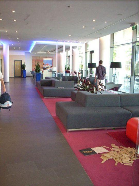 Der Eingang mit gemütlichen Sofas Hotel Novotel München Messe