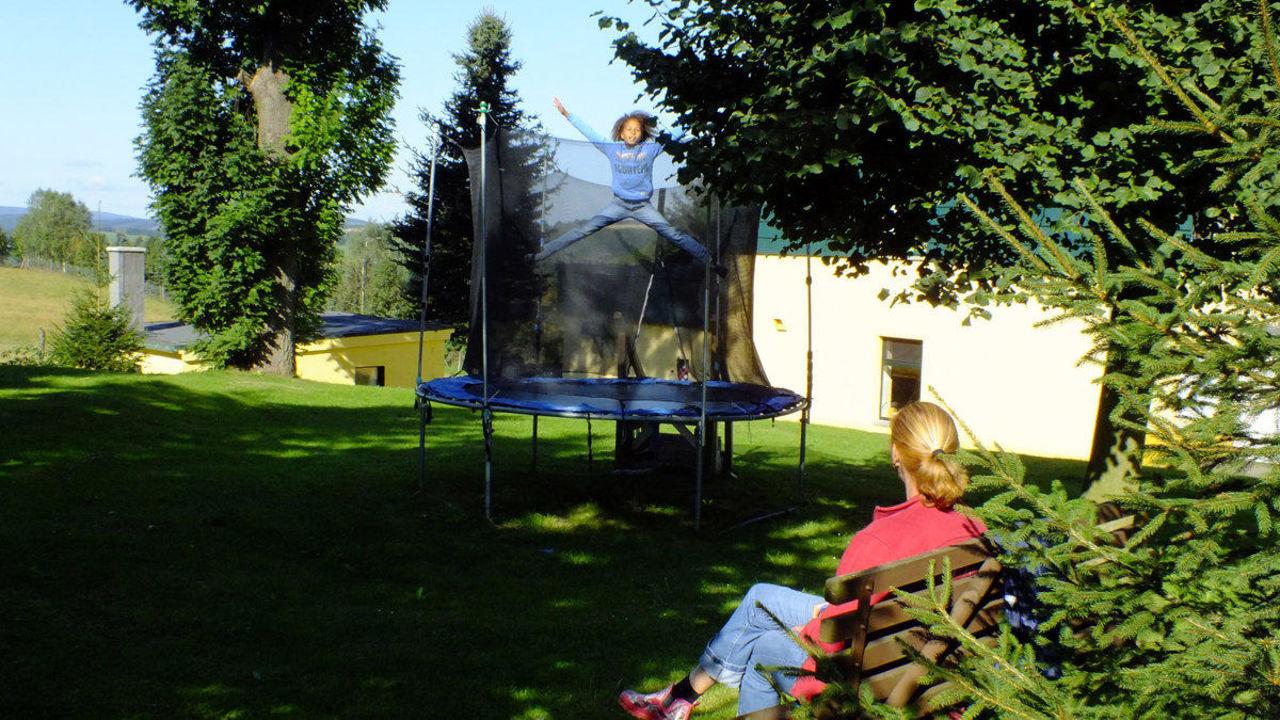 gro es trampolin f r kinder ferienhotel goldh bel. Black Bedroom Furniture Sets. Home Design Ideas
