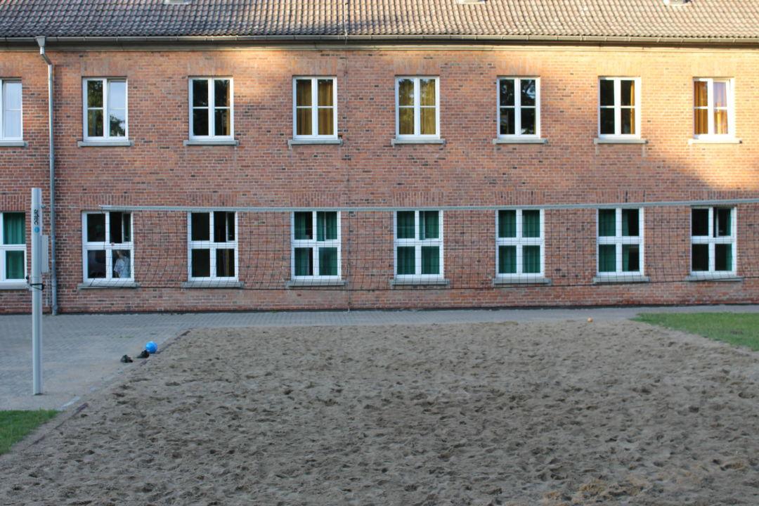 das volleyballfeld im innenhof djh jugendherberge wismar wismar holidaycheck mecklenburg. Black Bedroom Furniture Sets. Home Design Ideas