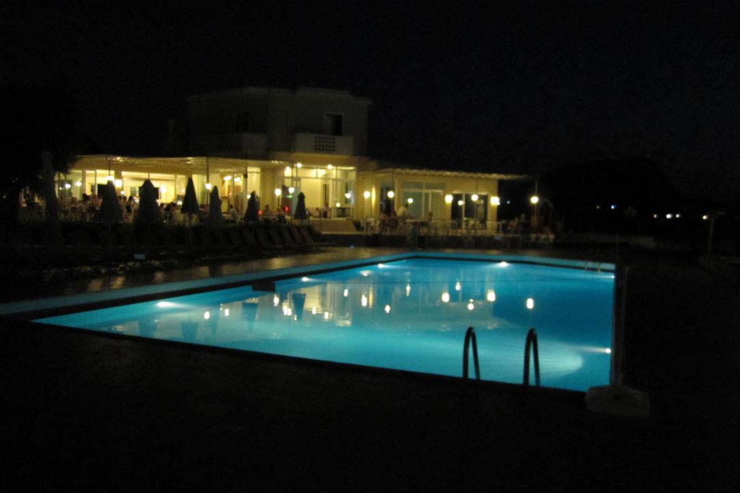 Pool bei Nacht Cretan Filoxenia Beach Hotel  (geschlossen)