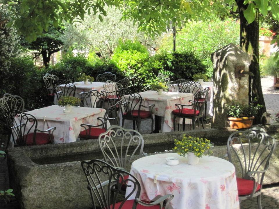 Tische im Garten Hotel Ansitz Plantitscher Hof