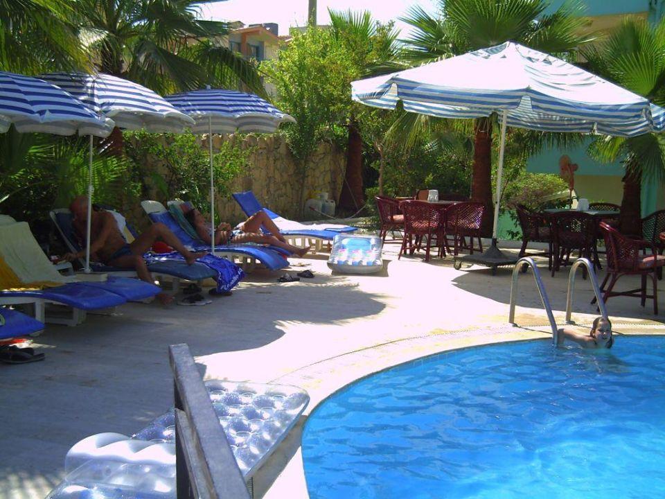 Liegefläche am Pool und Terrasse Semoris Hotel