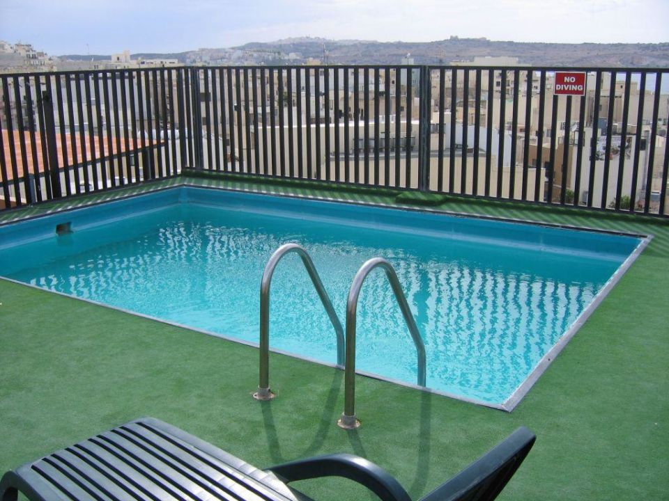 der mini pool auf dem dach hotel relax inn bugibba holidaycheck majjistral malta. Black Bedroom Furniture Sets. Home Design Ideas
