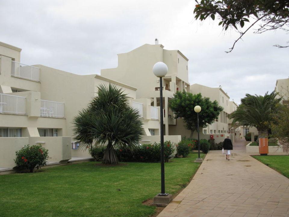Der Zugang zum Village Hotel Riu Oliva Beach Resort