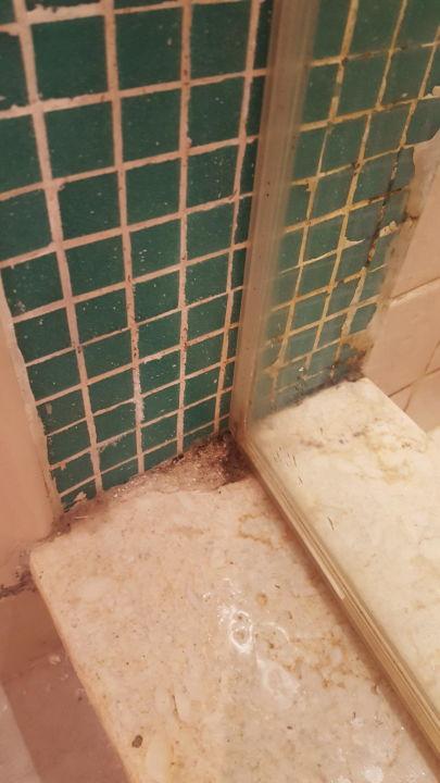 hier wird wohl das bad nie richtig sauber gemacht fanadir hotel el gouna el gouna. Black Bedroom Furniture Sets. Home Design Ideas