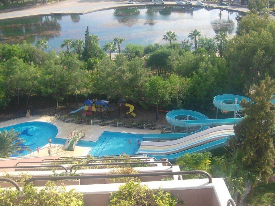 Blick von der Dachterrasse auf die Wasserrutschen Grand Prestige Hotel & Spa