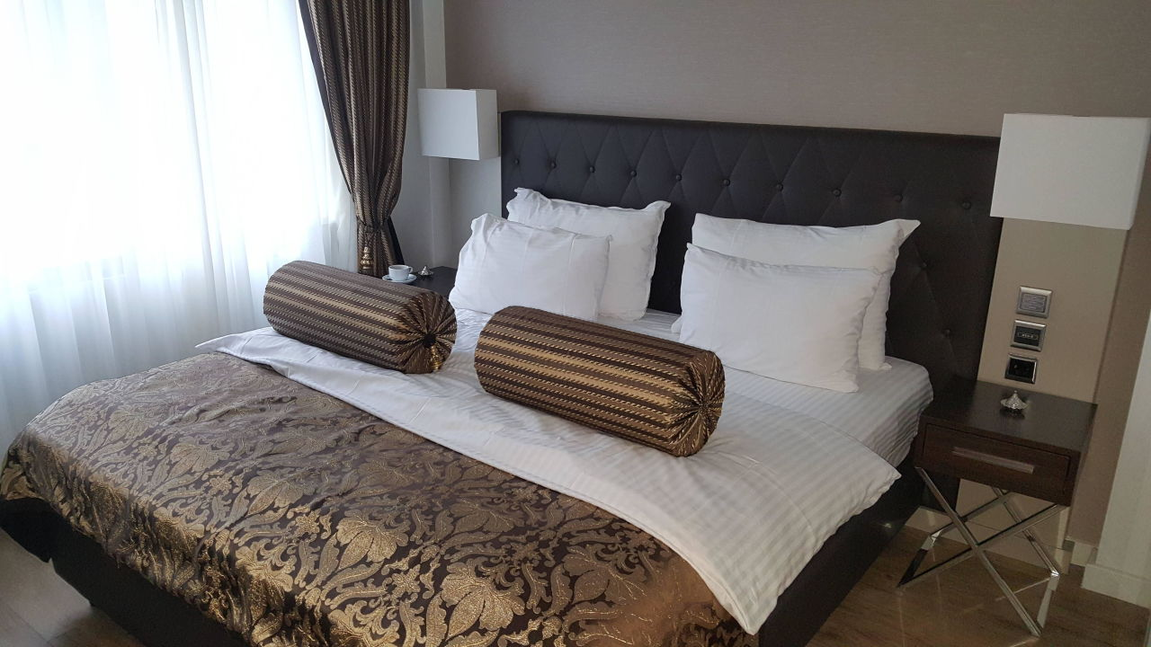 Gemütliches Bett mit vielen Kissen\