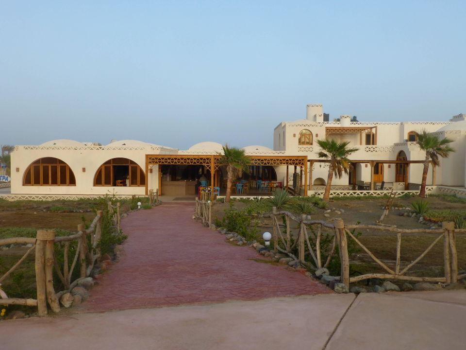 Blick vom Pool zum Restaurant Aurora Beach Safari Resort