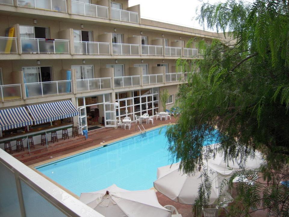 Pool mit Poolbar. Hotel Tora