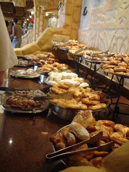 Große Auswahl an versch. Süßstücken zum Frühstück Alf Leila Wa Leila