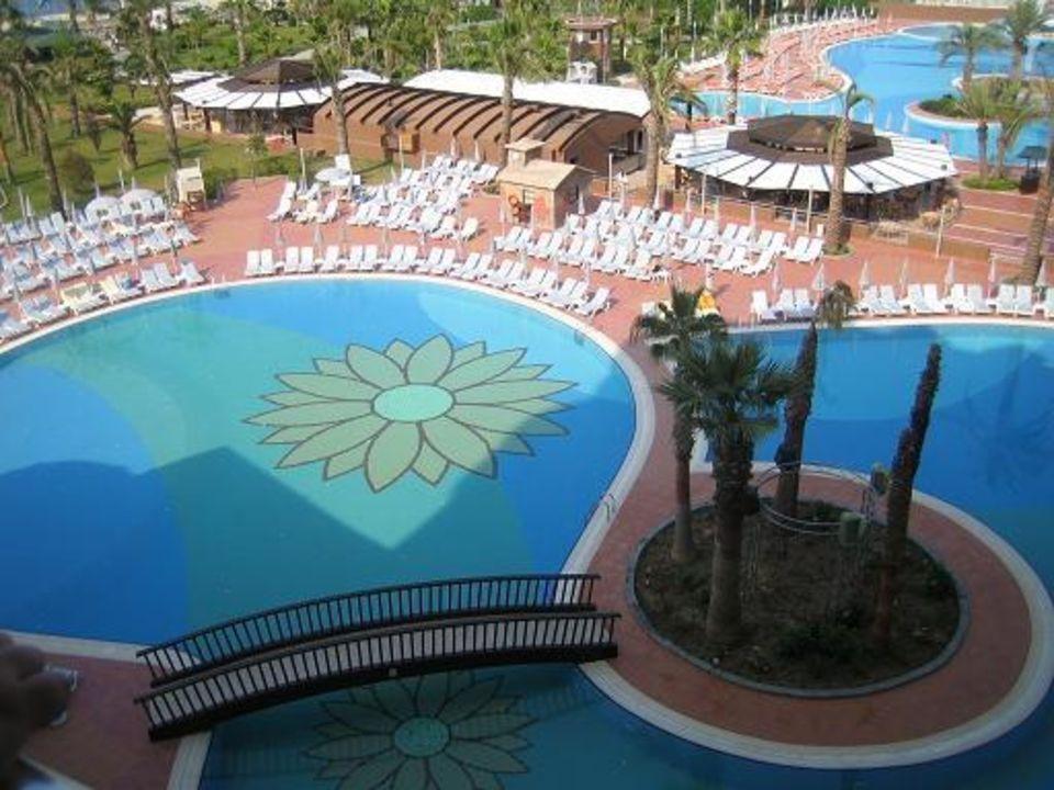 Blick vom Zimmer auf den Pool Kirman Leodikya Resort