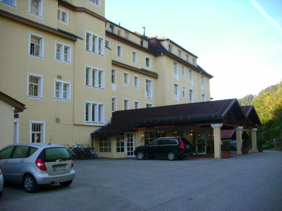 Eingang und Parkplätze Grand Hotel Sonnenbichl