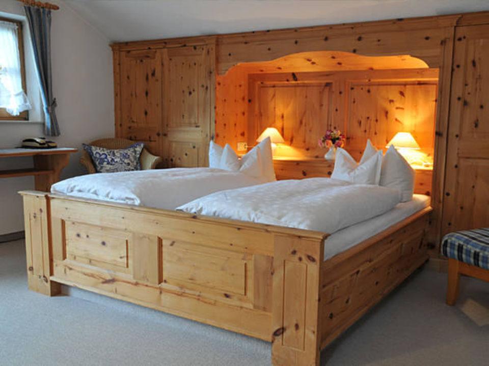 wohlige nachtruhe im sch nen holzzimmer hotel garni g stehaus brand bad wiessee. Black Bedroom Furniture Sets. Home Design Ideas
