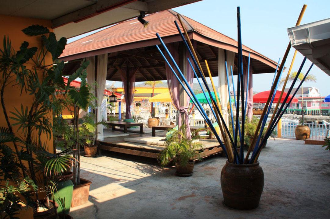 Гамаки на террасе для жильцов Lareena Resort