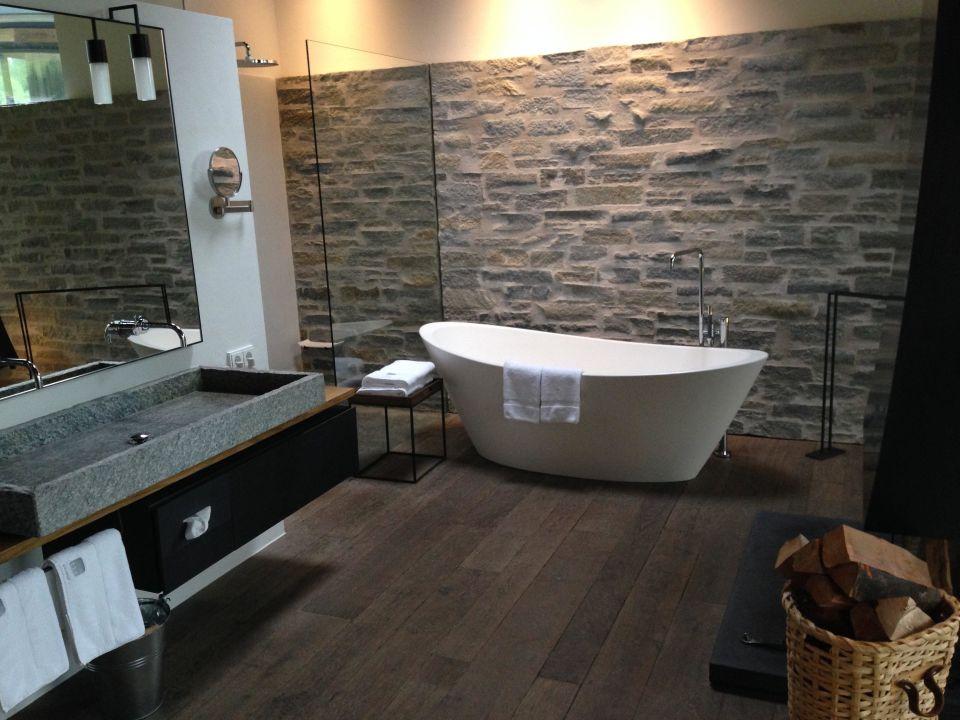 Bild freistehende badewanne zu designhotel wiesergut in for Designhotel wiesergut