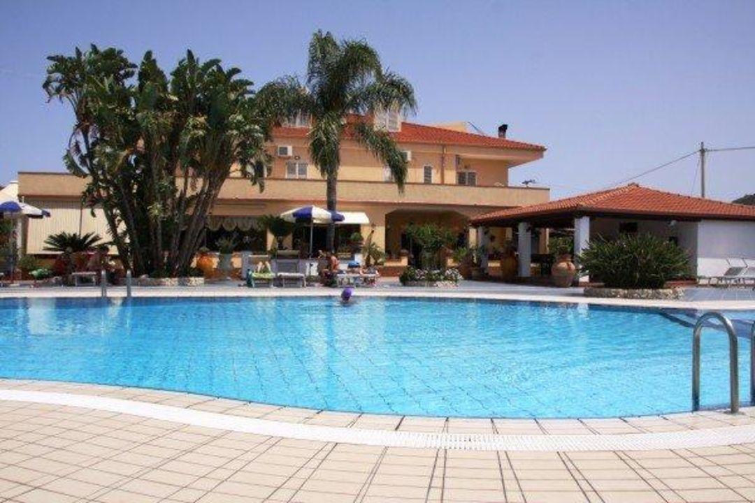 La piscina dell'hotel Hotel Damanse