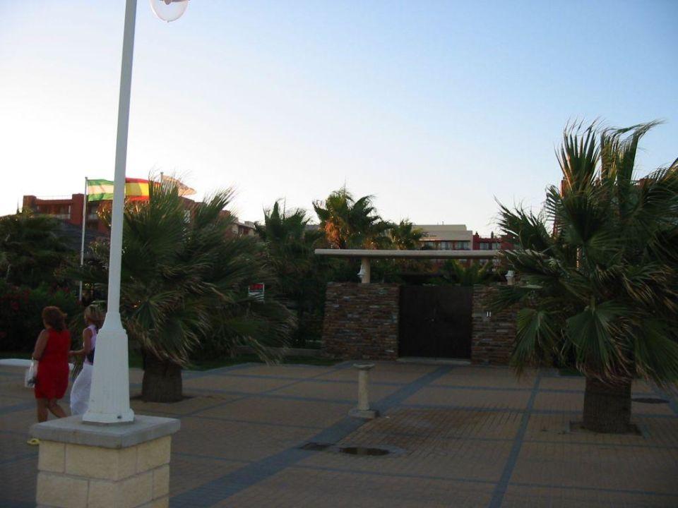 Der Hoteleingang von der Promenade aus TUI FAMILY LIFE Islantilla