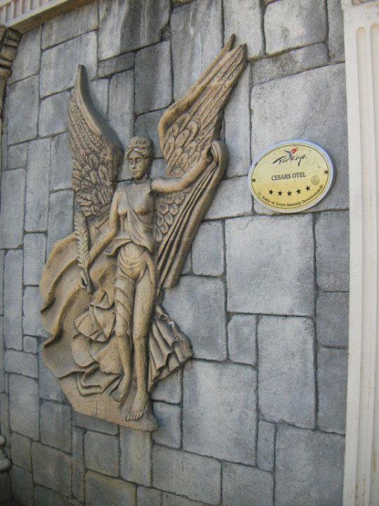 Freske beim Haupteingang Cesars Resort Side