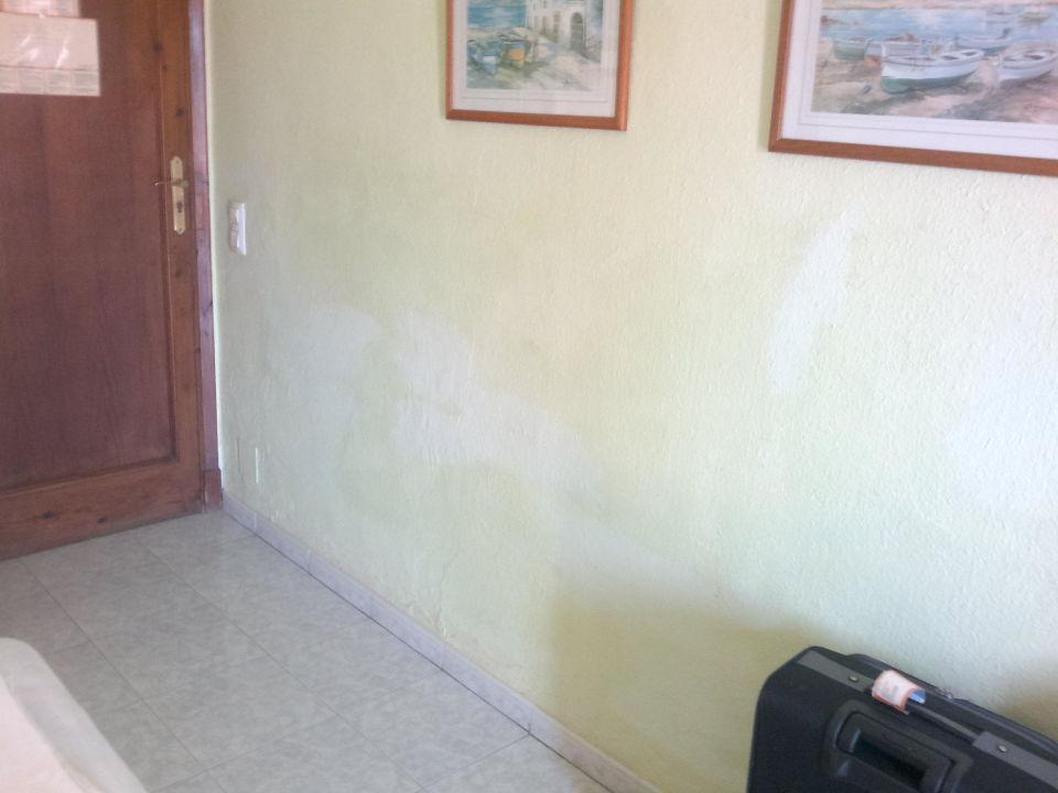 Bevorzugt Gelbe Flecken an der Wand