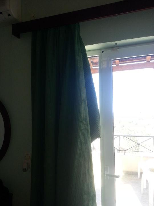 gardine an der balkont r die h ngt einfach so hotel villa maxine agia galini. Black Bedroom Furniture Sets. Home Design Ideas