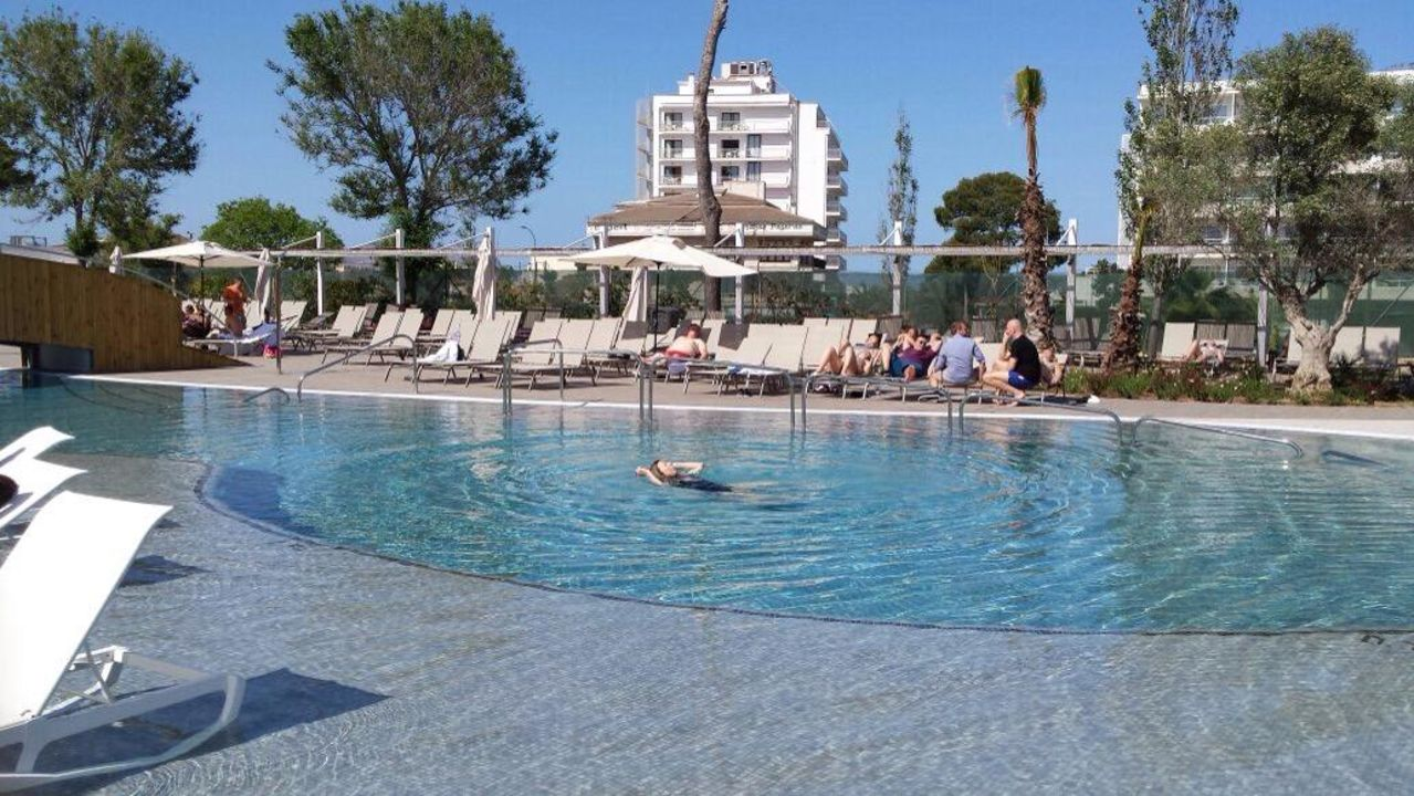 Teil des pools tonga tower design hotel suites for Kapfer pool design mallorca