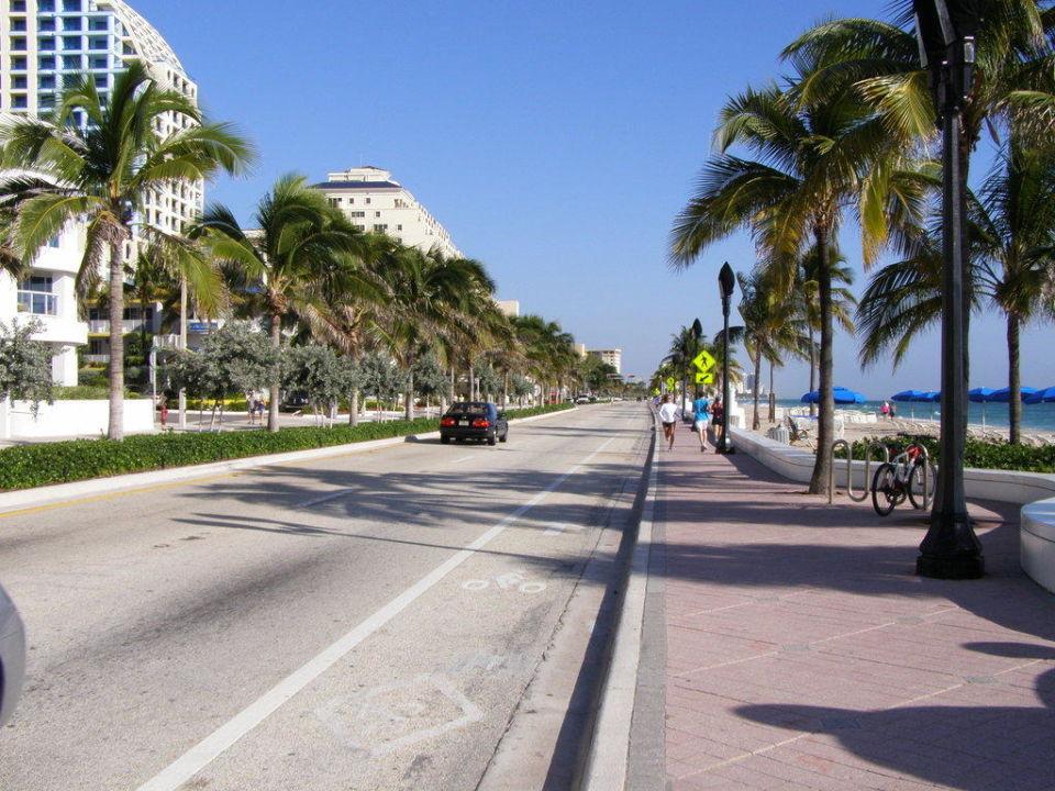 Blvd. vor dem Hotel Hotel Hilton Fort Lauderdale Beach Resort
