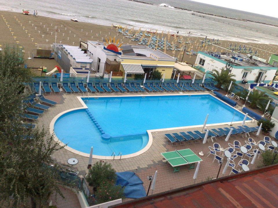 bild blick vom balkon auf pool und strand zu hotel. Black Bedroom Furniture Sets. Home Design Ideas