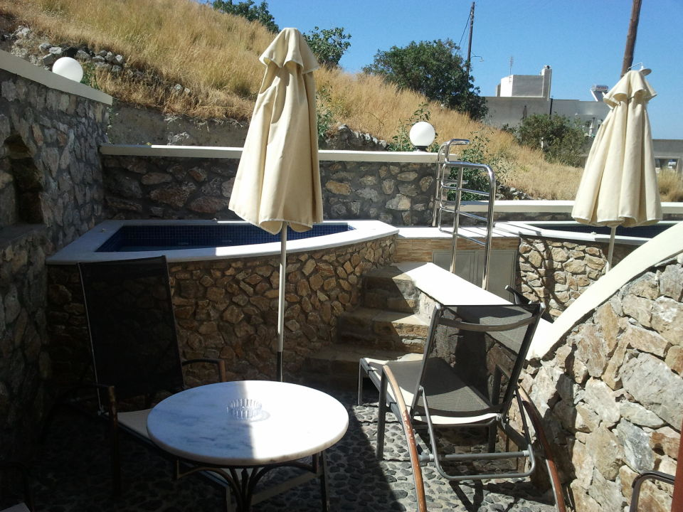 terrasse mit whirlpool hotel epavlis kamari holidaycheck santorin griechenland. Black Bedroom Furniture Sets. Home Design Ideas