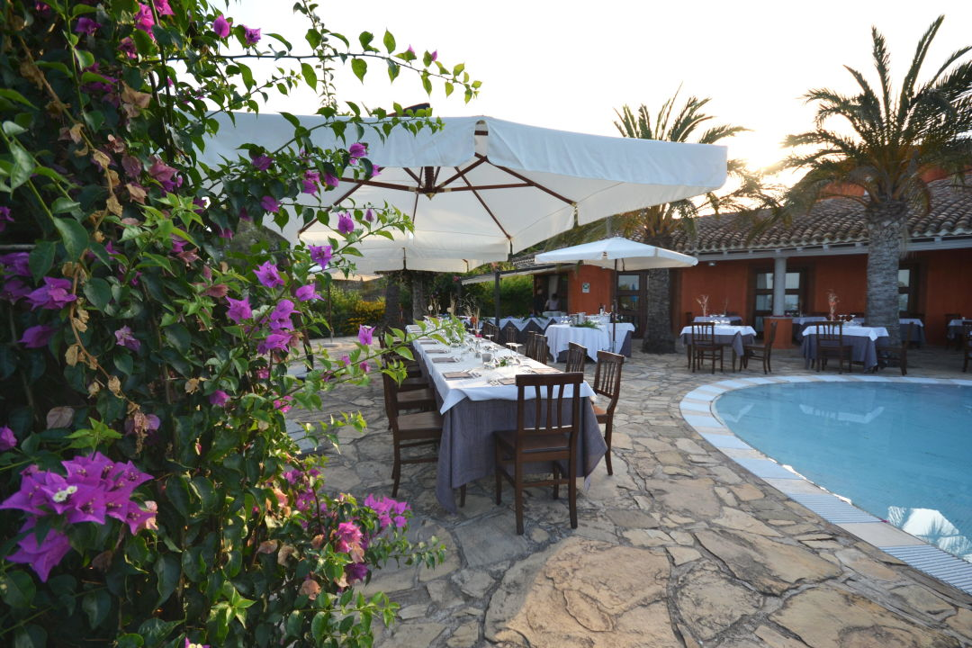 Cena a bordo piscina galanias hotel retreat domos for Cena in piscina