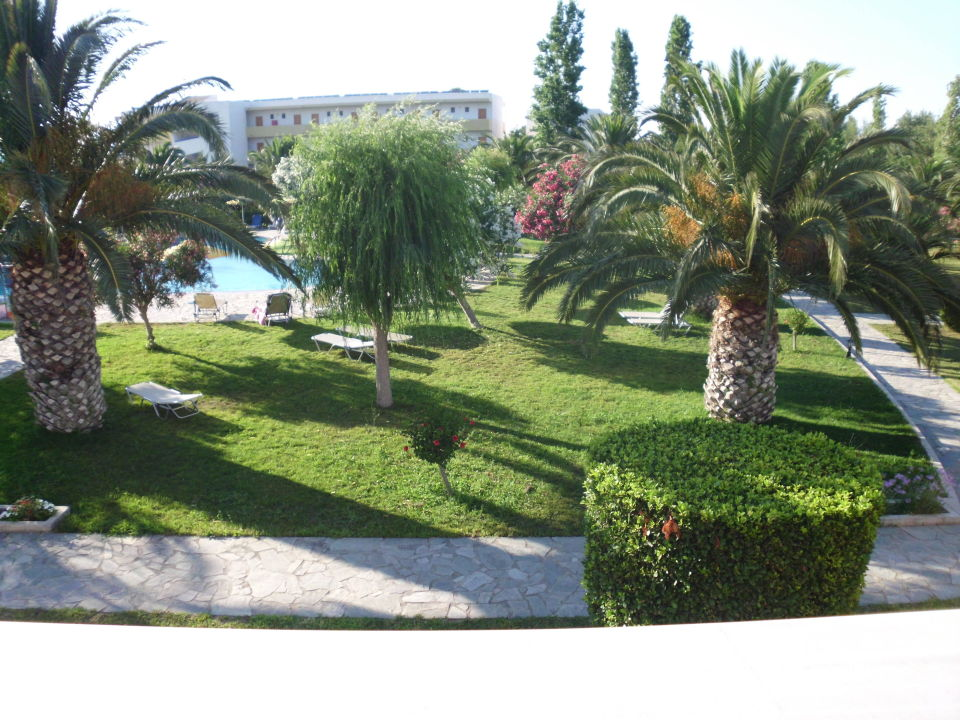 Super garten mit pool zum entspannen hotel esperia in for Garten pool zum eingraben
